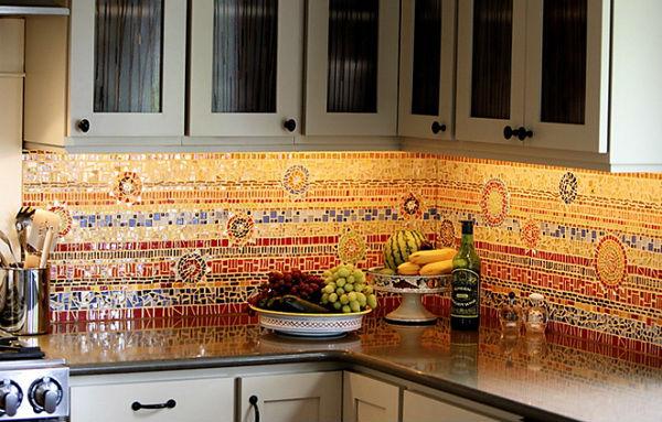 Мозаичный фартук на малогабаритной кухне