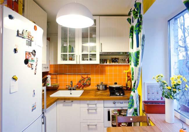 Плафон среднего размера на потолке кухни