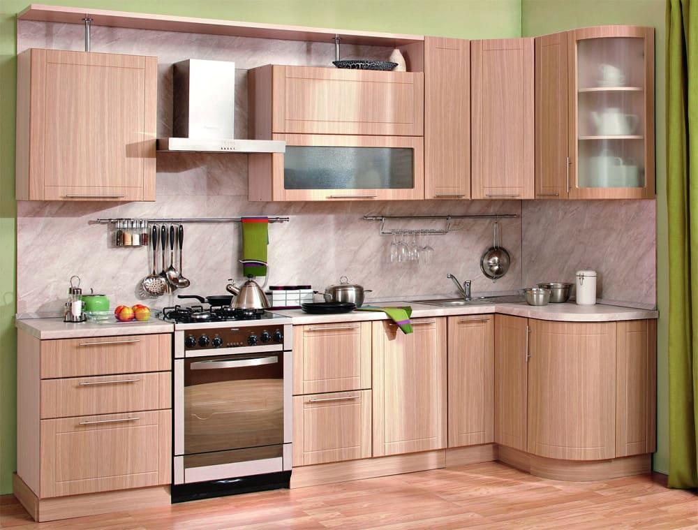 Удобная небольшая кухня, с раковиной и сушилкой для посуды в углу
