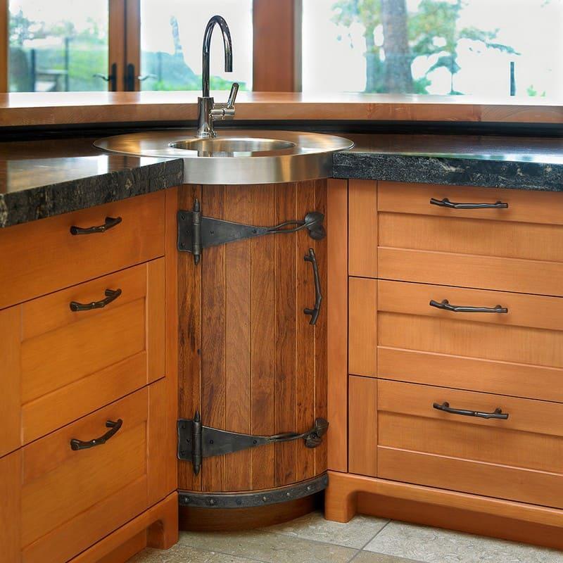Нестандартная форма напольного углового шкафа