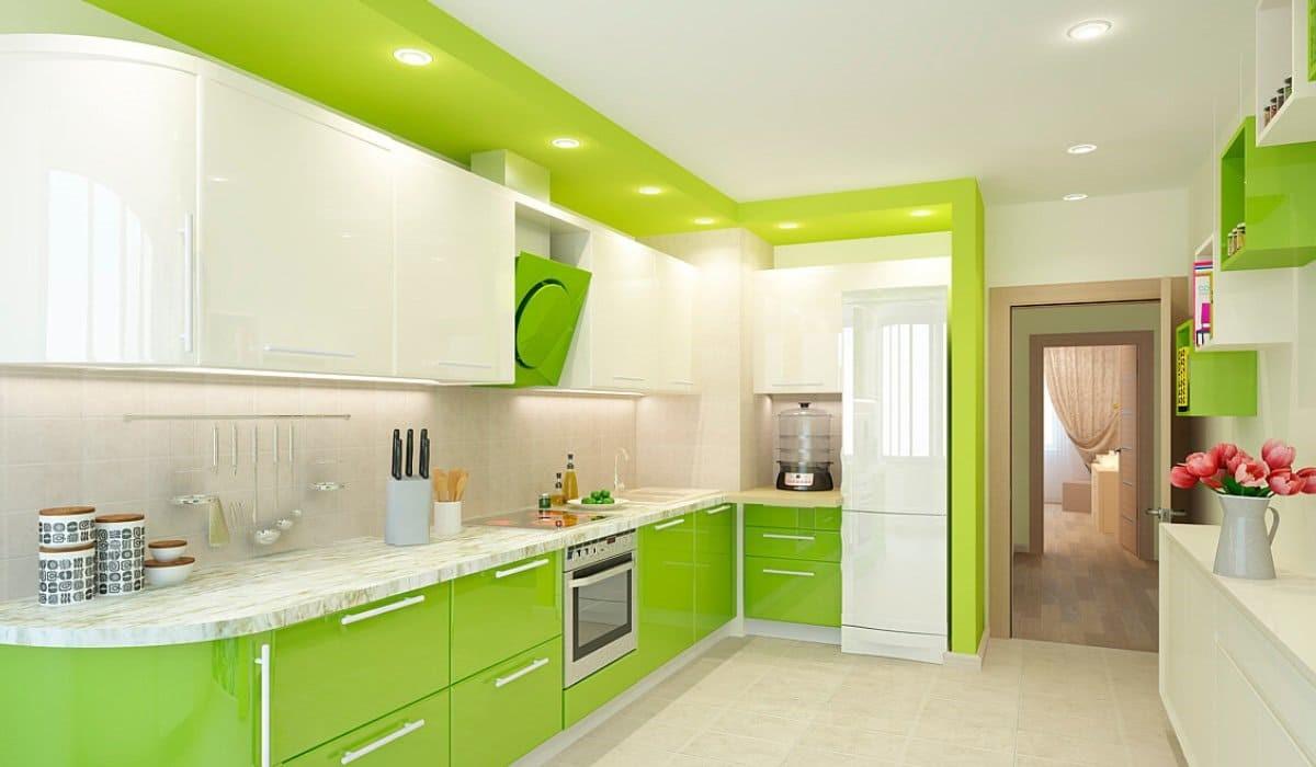 Белоснежный потолок на зеленой кухне