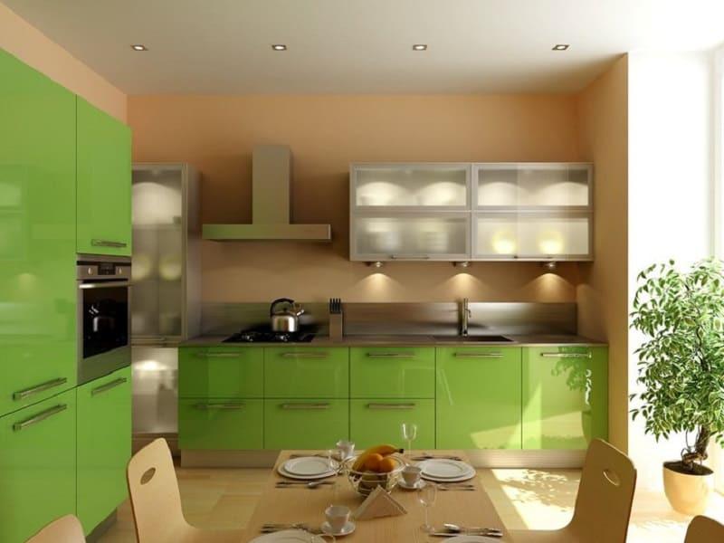 Бежевые стены в интерьере зеленой кухни