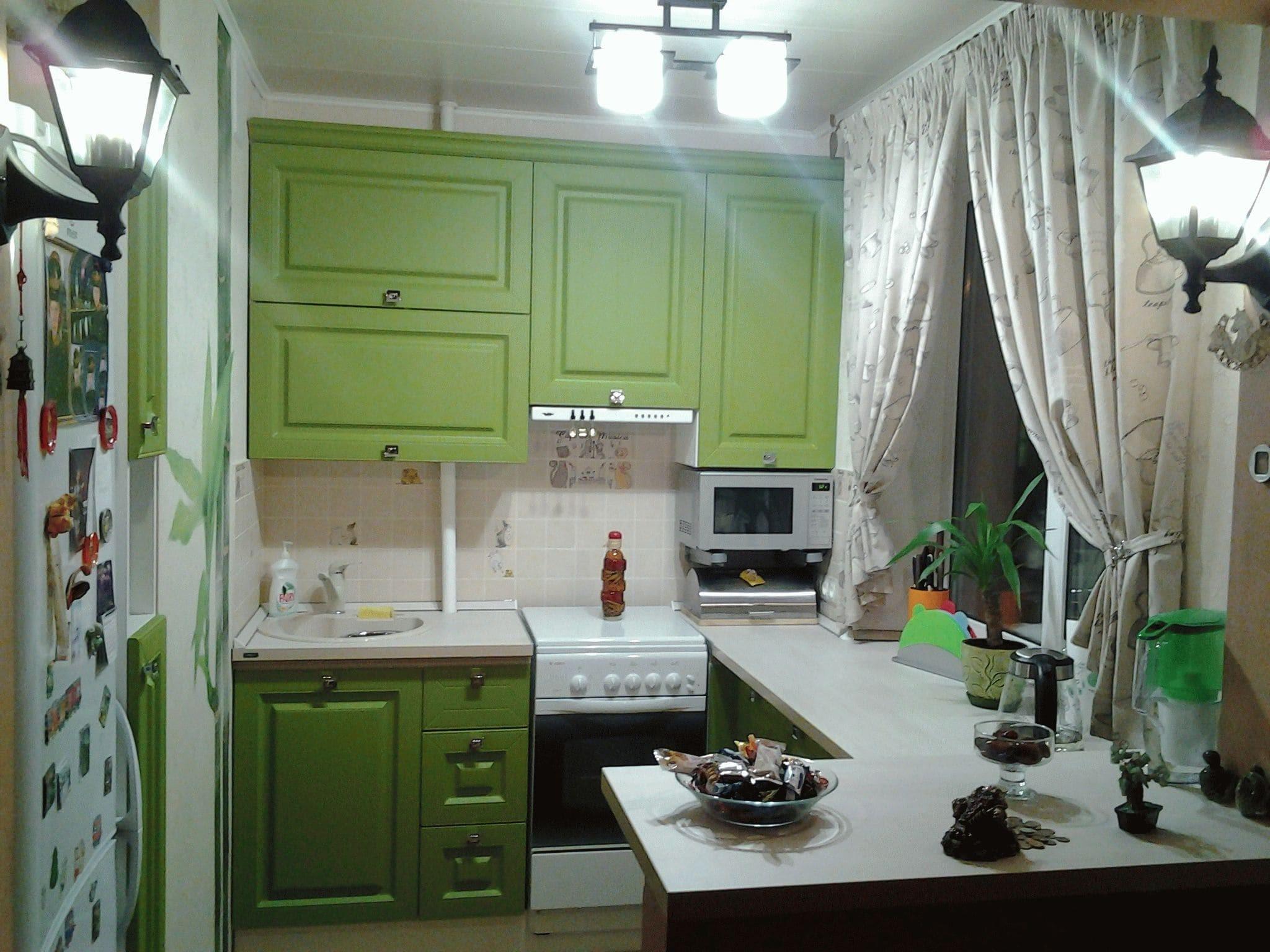 """Маленькая зеленая кухня в """"хрущевке"""""""