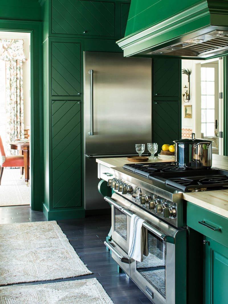 Стальная техника в интерьере зеленой кухни