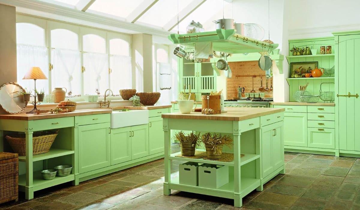 Нежная и светлая кухня в стиле кантри