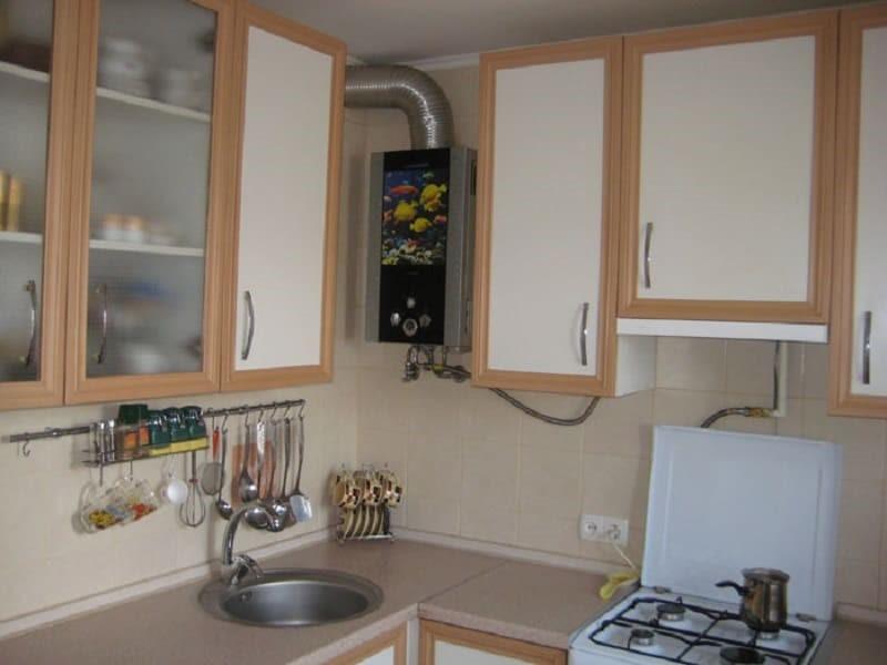 Угловая кухня в хрущевке с газовым котлом в углу