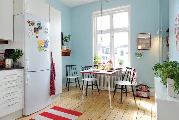 Сочетание голубых стен кухни и деревянного пола