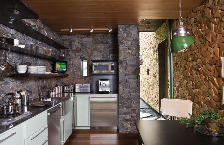 Отделка кухни декоративным камнем - использование его в оформлении интерьера кухни