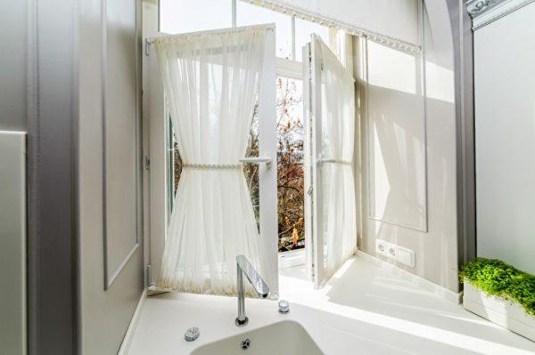 Дизайн коротких штор на кухню - современные стильные решения