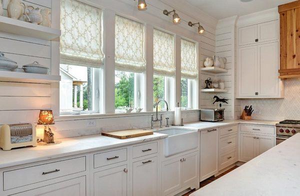 Оформление кухонного окна римскими шторами -  дизайн с занавесками и тюлью