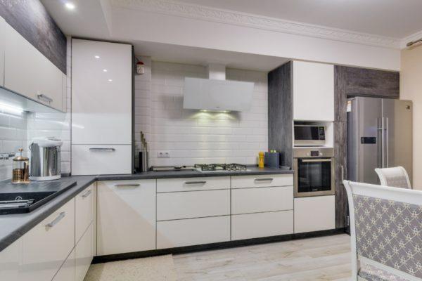 Дизайн кухни в серо белых тонах - какой подобрать фартук и столешницу