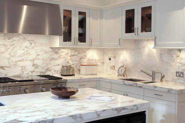 Мраморный фартук в интерьере кухни