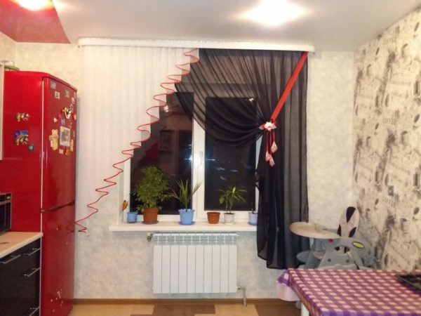 Ассиметричные шторы на кухню или кухонные шторы на одну сторону