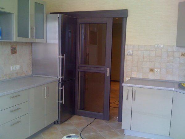 Раздвижная дверь в кухне в панельном доме