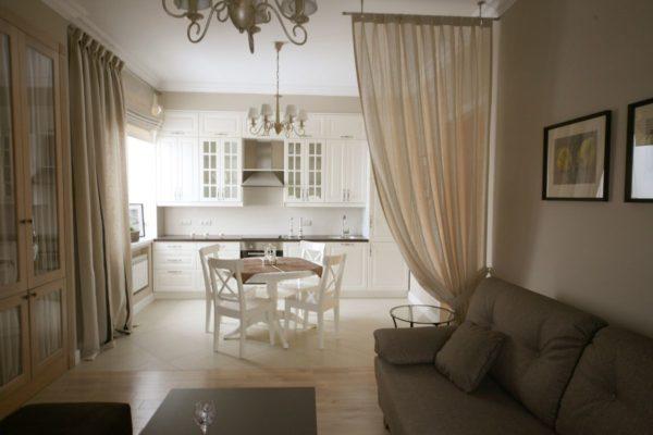 Воздушная органза служит декоративным разделением кухни и гостиной