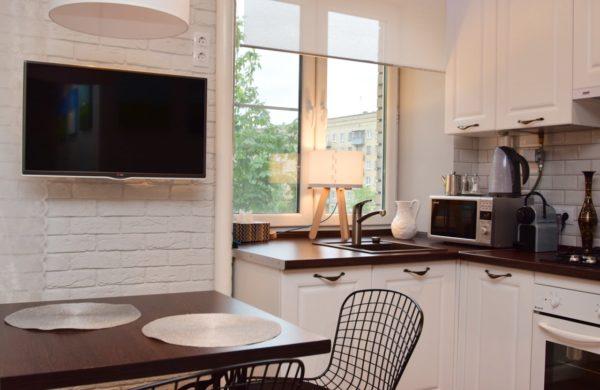 Зона на кухне под подоконником как место для хранения и мойки