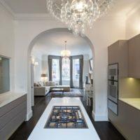 Полукруглая арка между кухней и гостиной