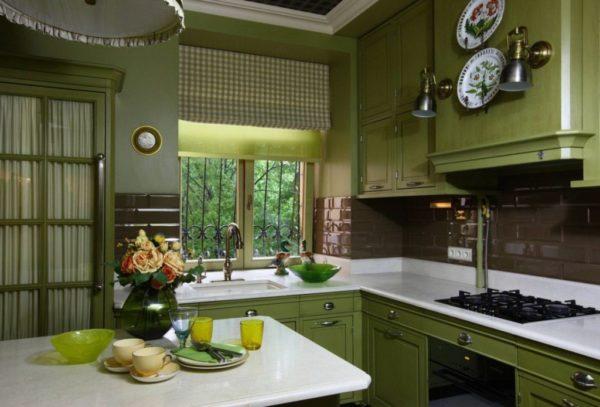 Зеленые шторы в интерьере кухни - сочетания и дизайн