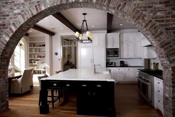 Кирпичная кладка в в виде арки интерьере кухни