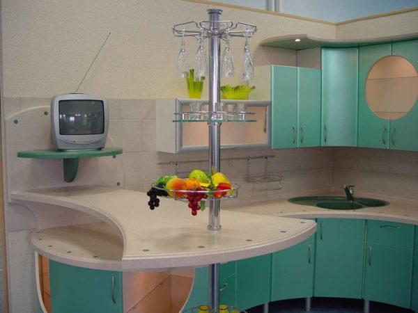 Угловой кухонный гарнитур с барнойстойкойна металлической опоре
