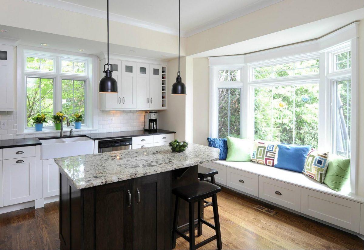 Кухня с двумя окнами (43 фото): дизайн интерьера с окнами ...