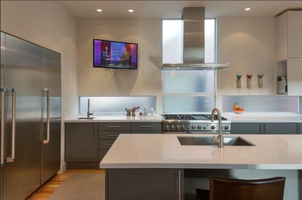 Размещение телевизора в углу кухни на кронштейн