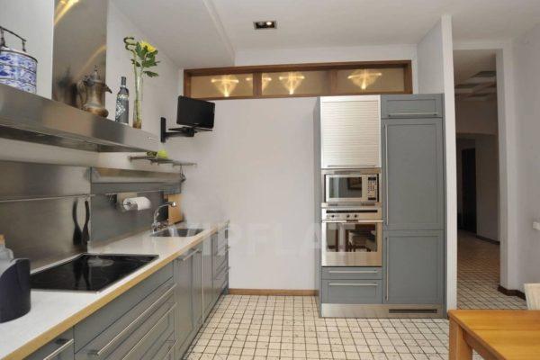 Отдельностоящий пенал на кухне