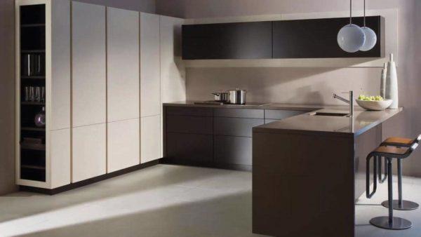 Высокий и узкий пенал, расположенный по ширине стены на кухне