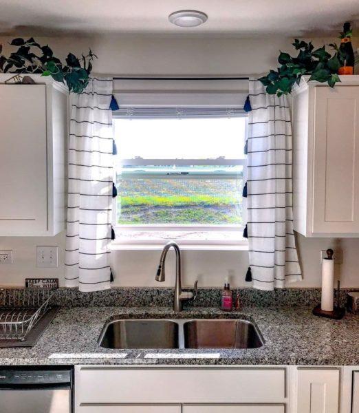 Дизайн штор на кухню на люверсах - короткие и длинные занавески на кольцах