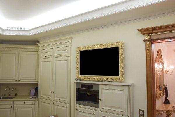 Телевизор на кухне в золотой рамке