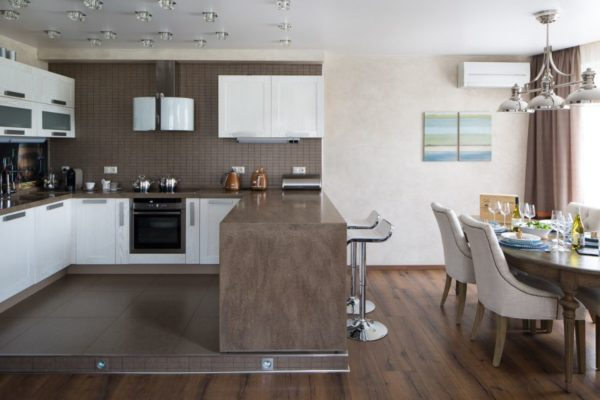 Зонирование кухни столовой подиумом