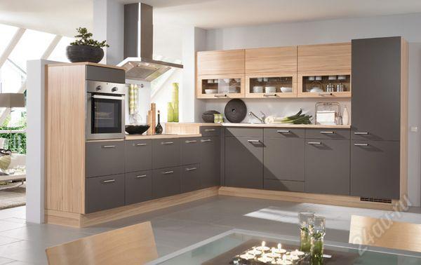 Современный кухонный дизайн сдвумя пеналами разными по высоте