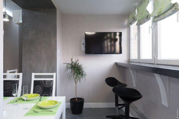 Телевизор на кухне совмещенной с балконом
