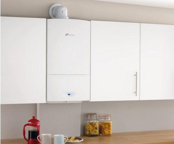 Белая колонка на белой кухне