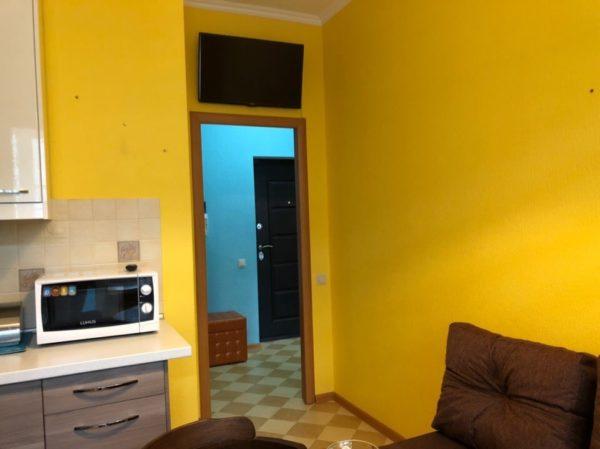 Телевизор над дверью в кухню