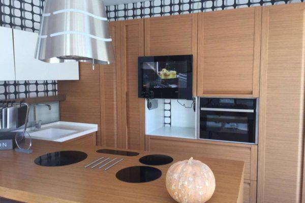 Встроенный TV на кухне
