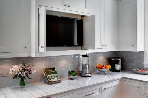 TV на кухне в полке с дверцами