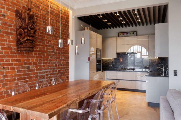 Стена кухни- столовой из камня