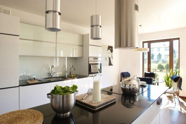 Вытяжка может стать частью дизайна кухни-столовой