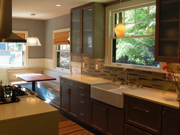 Дизайн кухни с окном в рабочей зоне - оформление интерьера и рабочей поверхности