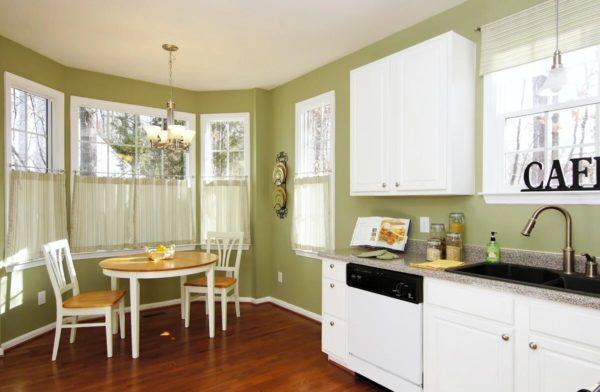 Какие обои подойдут к белому кухонному гарнитуру - сочетания в интерьере