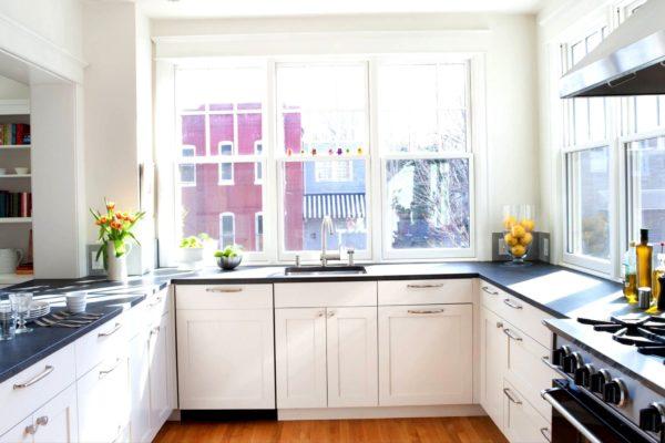 Кухня с окном - как оформить дизайн и где расположить кухонный гарнитур