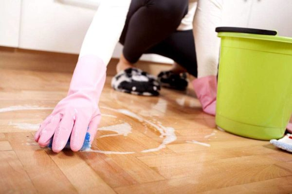 Чем почистить линолеум на кухне от въевшейся грязи и жира