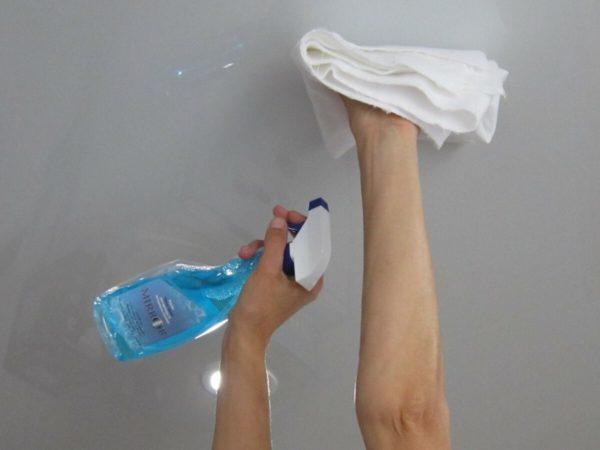 Чем можно отмыть натяжной потолок на кухне своими руками