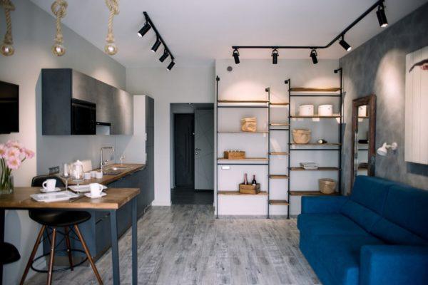 Освещение кухни гостиной в современном стиле - свет над обеденной зоной