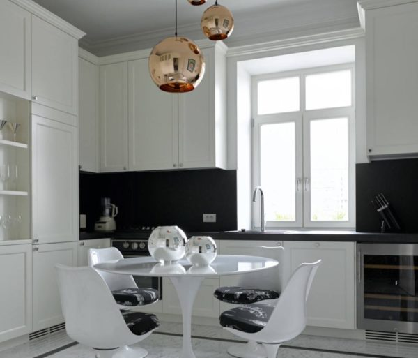 Белая кухня с темной столешницей и фартуком - варианты оформления
