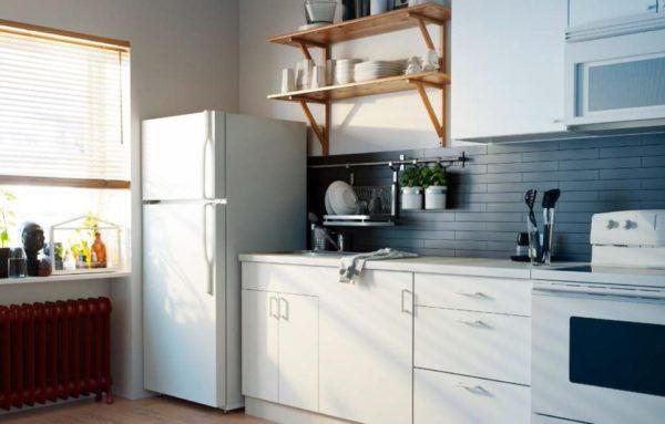 Куда поставить холодильник в маленькой кухне - варианты оформления дизайна