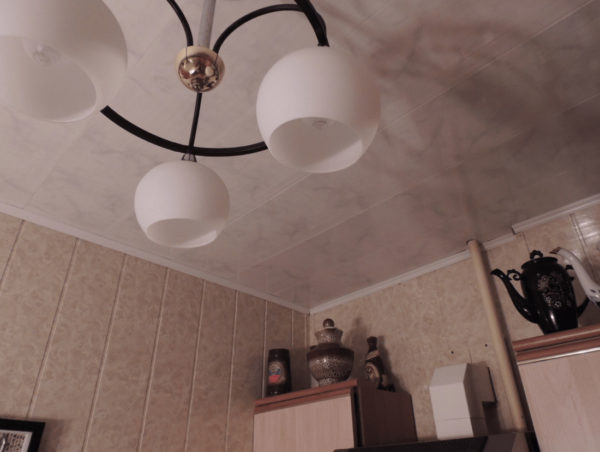 Пластиковый потолок и точечные светильники на кухне - варианты отделки