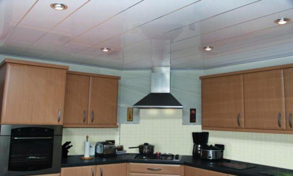 Дизайн потолка в гостиной совмещенной с кухней - идеи зонирования